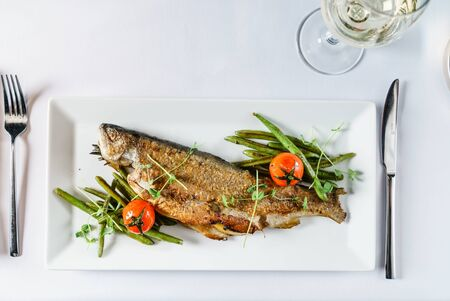 roasted trout with green beans Stockfoto