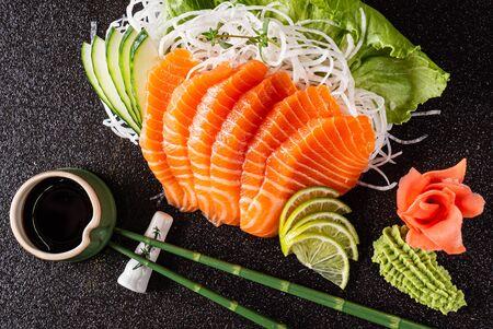 sashimi sur fond noir Banque d'images