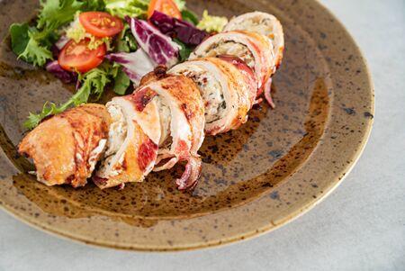 stuffed chicken wiht bacon and salad 版權商用圖片