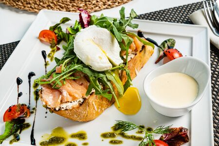 sandwich with salted salmon and poached egg Imagens - 129996090