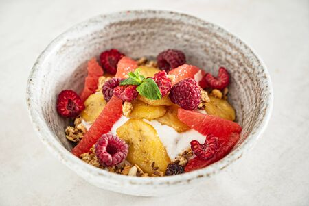 granola with banana and raspberries 写真素材 - 129996205