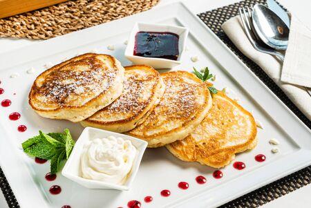 fresh pancakes with sour cream and jam 版權商用圖片