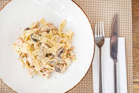 pasta with mushrooms and chicken Imagens