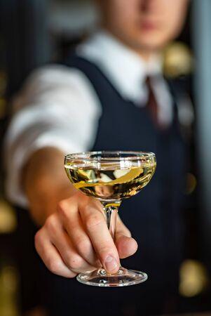 Cocktail mit Zitronenschale in der Bar Standard-Bild