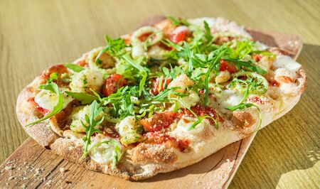 fresh pizza with calamari and arugula Imagens - 131241486