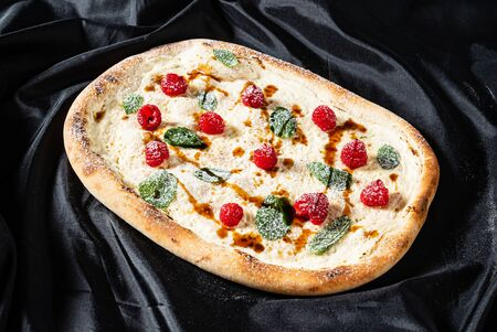 sweet pizza with raspberries and caramel 版權商用圖片