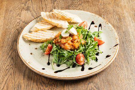 salmon tartar with arugula salad Archivio Fotografico - 131385085