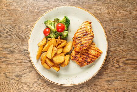 grilled chicken with roasted potatoes Imagens