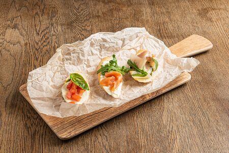 Delicious Healthy Sandwicheson the Parchment Banque d'images - 132093027
