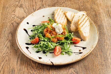 Salmon tartar with arugula salad