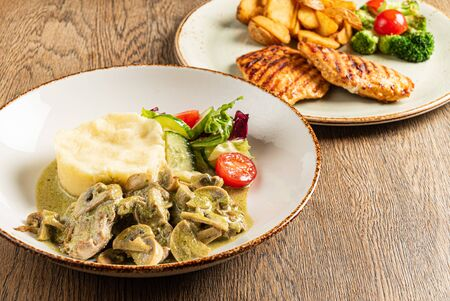 Meat with mashed potato and vegetables Imagens