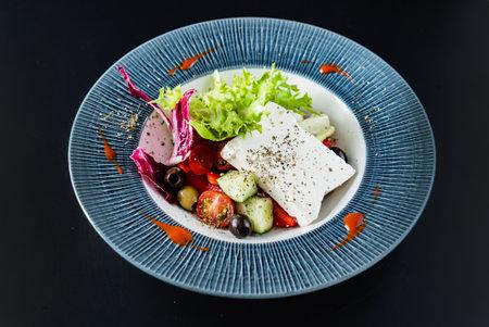 greek  salad on black background 免版税图像