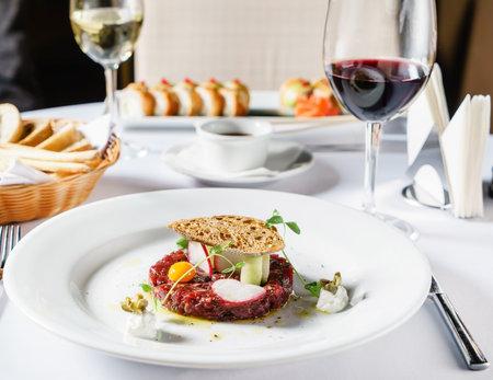 beef tartar with egg 免版税图像