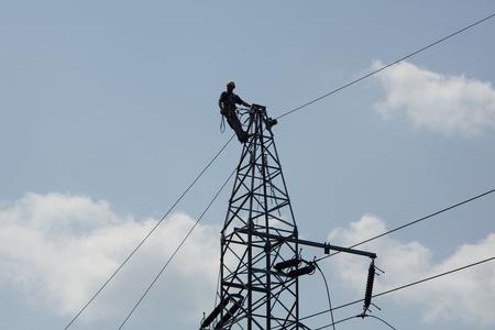 Réparation électricien du système d'alimentation électrique. Poteaux d'escalade électricien, réparation de lignes électriques.
