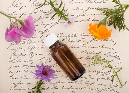 Remèdes naturels - Herbes fraîches. Médecine naturelle, aromathérapie - bouteille.