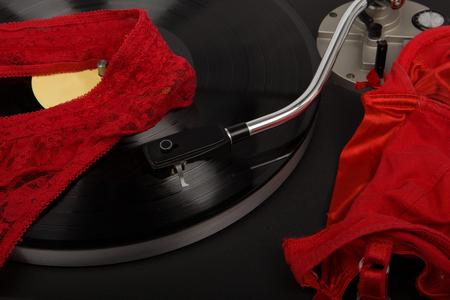 Drehscheibe in Bewegung - Sinnlichkeit, Konzept. Vintage Plattenspieler mit Vinyl-Scheibe, Nahaufnahme.