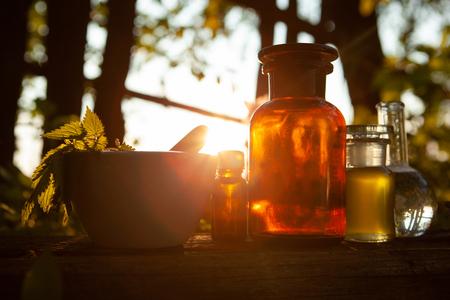 Ekstrakt ze świeżych ziół. Terapia alternatywna, leczenie. Zdjęcie Seryjne