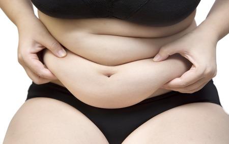 donne obese: Grasso donna spremere pancia vestita di nero, reggiseno biancheria intima e pantalone su bianco isolato