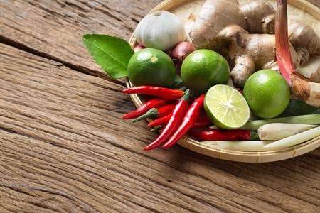 Kruidenbestanddeel van Tom Yum Pittige Soep Traditionele Thaise Voedselkunst op Houten Achtergrond