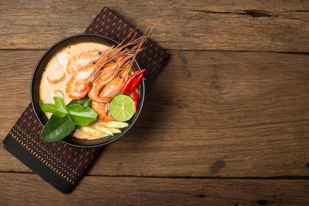 나무 배경에 태국에서 톰 얌 구이 타이 음식 요리