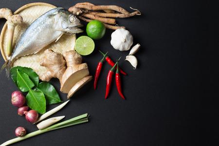 Ingrediënt van Tom Yum Pittige Soep Met Gestoomde Makreel Vissen Traditionele Thaise Eten Cuisine Op Een Zwarte Achtergrond