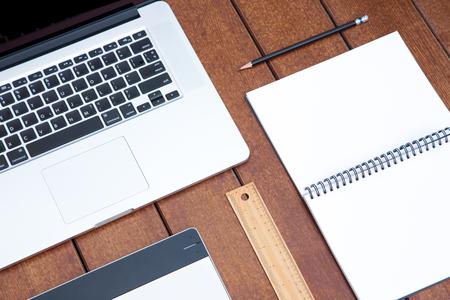 Werkruimte voor kantoor en ontwerp laptop notitieblok en ander stationair op houten bureau