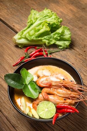 Tom Yum Goong-kruidige soep met keuken van het ingrediënten de traditionele Thaise voedsel in Thailand op houten achtergrond Stockfoto