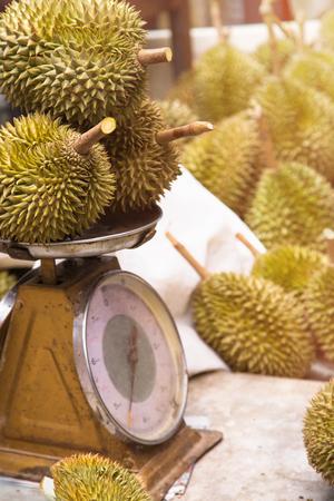 durian op schalen op markt populaire koning van fruit voor exportproduct Stockfoto