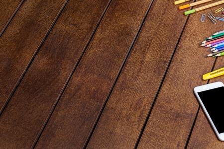 mobiele telefoon stationair op houten bacground textuur copyspace Stockfoto