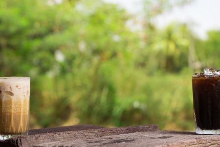De Thaise bevroren thee en de Thaise bevroren lokale drank van de koffiehandtekening op houten achtergrond geroepen cha Yen en oliang Stockfoto