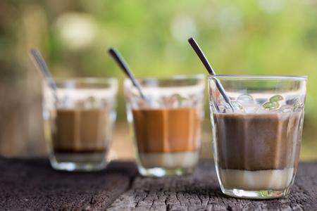Hete drank Thaise melkthee, zwarte koffie, handtekening van de cacao de handtekenings lokale straat op houten lijst