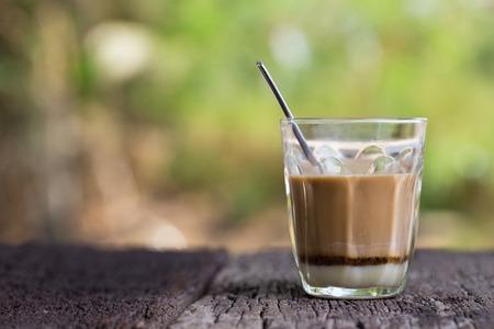 Warme drank Thaise koffiehandtekening Lokale straatdrank op houten tafel Stockfoto
