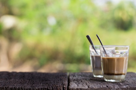 Warme Thaise Melkthee En Hot Cacao Handtekening Lokale Straatdrank Op Woonkamertafel