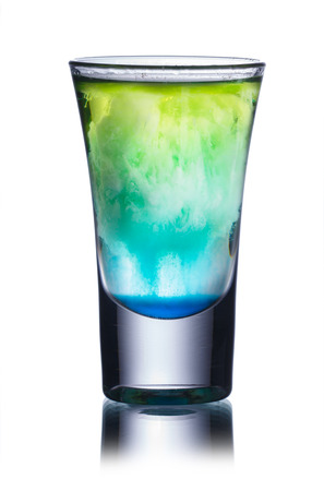 alcool: Cocktail sans alcool dans un verre de tir isolé sur blanc