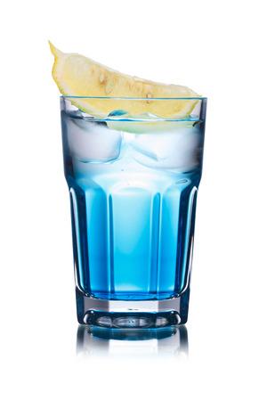 100 Stundenmeilen alkoholischen Cocktail in Longdrinkglas mit Zitronenscheibe geschmückt