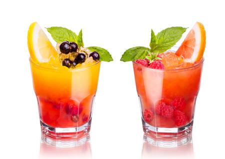 cocteles de frutas: Dos cócteles de verano alcohólica aislados en blanco
