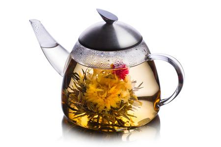 Teetasse voll Kräutertee mit blühenden Blumen. Gesunde Ernährung. Sun Tee