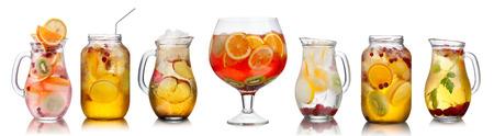 bebidas frias: Colección de diferentes bebidas del partido del verano en vidrios granel. Los lanzadores, jarras y tarros llenos de sangría, spritzers, desintoxicación y aguas infundidas. Foto de archivo