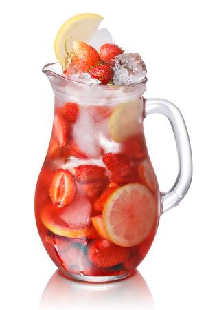 Erdbeere Zitrone detox Eiswasser in eine Glaskanne. Gesunde, saubere Ernährung