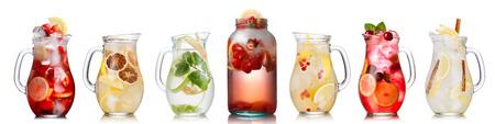 limonada: Colección de diversas bebidas en jarras y jarras de vidrio. Vasos llenos de spritzers, schorle, limonada, té helado, aguas de desintoxicación. Alimentación saludable Foto de archivo