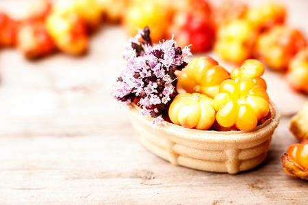 chicouté: Tarte chicouté décoré avec de la marjolaine sauvage. Dessert Cuisson au four doux avec la chicouté frais sauvages sur une table en bois. Filtre Instagram style
