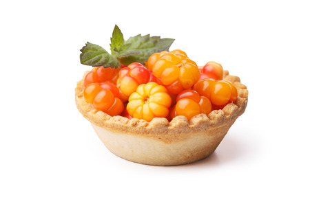 chicouté: Tarte chicouté decorted avec des feuilles de menthe. le dessert cuit doux avec cloudberries sauvages frais. Faible profondeur de champ
