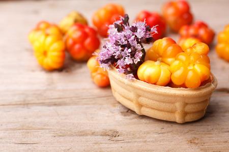 chicouté: Tarte chicouté décoré avec de la marjolaine sauvage. Dessert Cuisson au four doux avec la chicouté frais sauvages sur une table en bois. Banque d'images