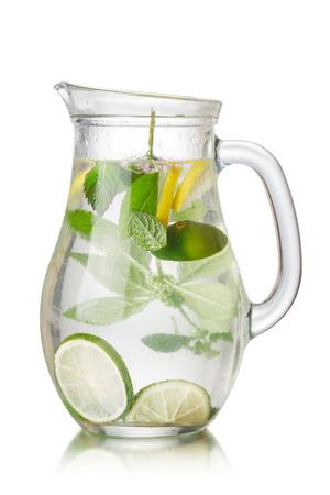 Mojito-Stil detox Wasser mit Kalk, Zitrone und Minze. Pitcher voller angereichertes Wasser. Saubere Ernährung, Diät, Fettverbrennung