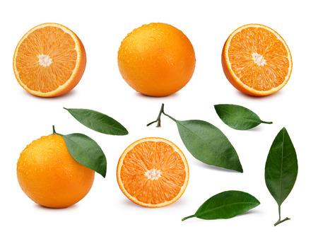 naranja: Conjunto de naranjas enteras y cortadas por la mitad con las hojas. infinita profundidad de campo