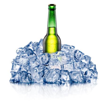 Bottiglia di birra verde, che si raffredda in un ruvido ghiaccio tritato. Tracciati di ritaglio