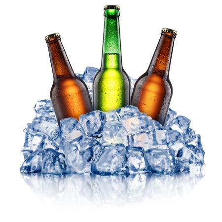 Bottiglie di birra verdi e marroni, che si raffreddano in un ghiaccio tritato. Tracciati di ritaglio