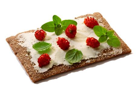 field mint: Bread crisp (crispbread open-faced sandwich) with field strawberries, soft cream cheese, mint and oregano.
