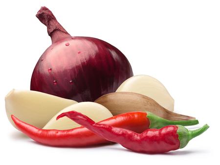 Dientes de ajo con cebolla roja entera y la pimienta de cayena calientes al mismo tiempo. Caminos de recortes, sombras separadas. Elementos de diseño