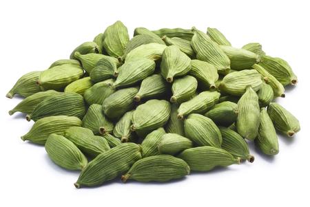 Stapel der grünen Kardamom, Kardamom oder cardamum (getrocknete Früchte von Elettaria cardamomum). Beschneidungspfade, getrennt Schatten